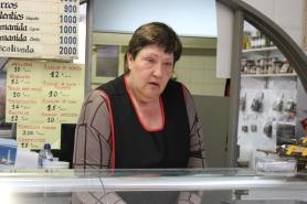 María Antonia Ponsa atiende a los clientes que compran en la tienda de legumbres cocidas que heredó de sus padres.